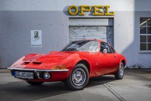 """Automobil de visrchiar și după 50 de ani sloganul cu care a venit """"Doar zborul este mai bun…"""" încă este de actualitate pentru Opel GT."""