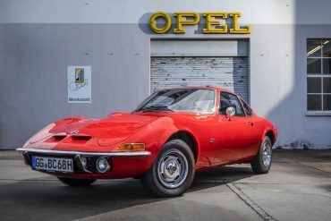 """Automobil de vis: chiar și după 50 de ani sloganul cu care a venit  """"Doar zborul este mai bun…"""" încă este de actualitate pentru Opel GT."""