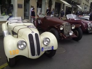 bmw-328-din-1939-stanga-si-om-665-ss-mm-superba-din-1930-in-piazza-della-vittoria