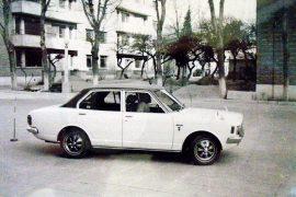 Toyota (Toyopet) model Corona 1700 Deluxe, capacitate motor 1707 cmc, benzină, 5 locuri, culoare alb cu acoperiș de vinil belumarin.