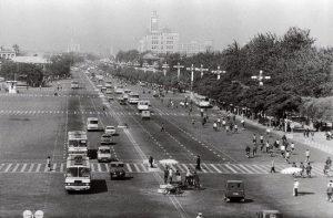 La începutul anilor 80 era încă foarte puțin trafic pe principalul bulevard din Beijing, fotograful a cerul ca lumina roșie a semaforului să fie menținută mai mult timp.