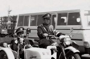 la începutul anilor 80 miliția chineză a trecut la serviciul de patrulare în trafic.