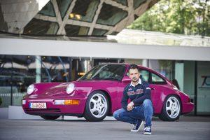 În față la Porsche Museum alături de Porsche 911 Carrera RS(964)