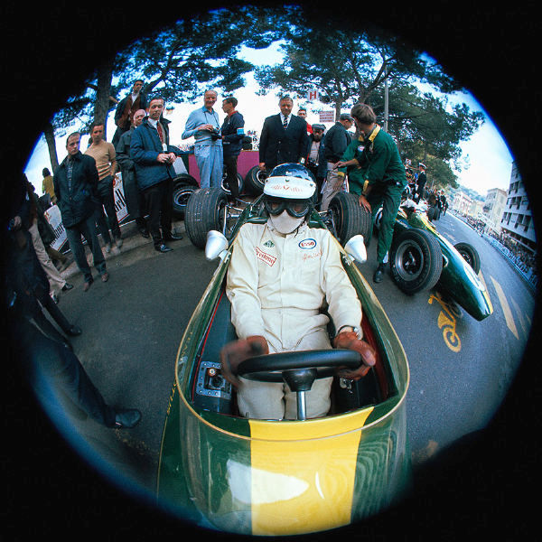 Jim Clark la boxe cu Lotus 33 în timpul antrenamentelor de la Monaco 1967.
