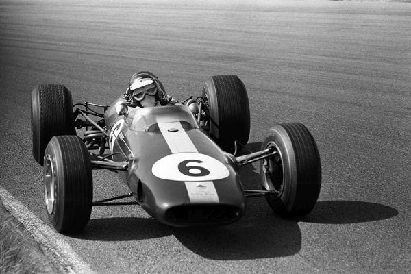 """Jim Clark drift cu Lotus 33 în virajul """"Tarzan"""""""