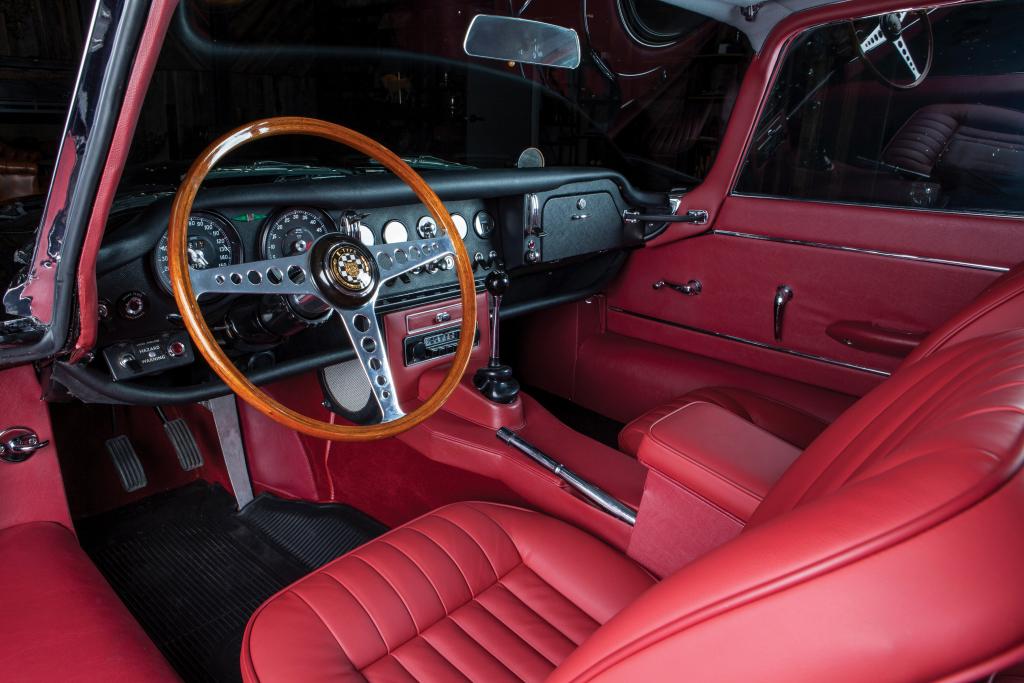 Legendarul Jaguar E-Type a împlinit de curând 60 de ani